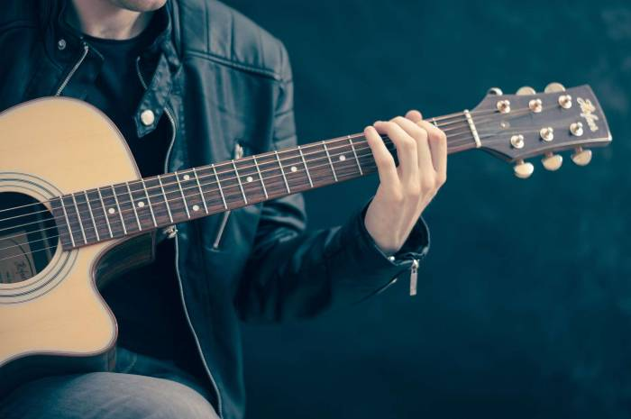 homme guitare